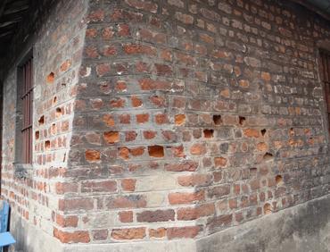 trous dans les murs de l'église de Châtillon