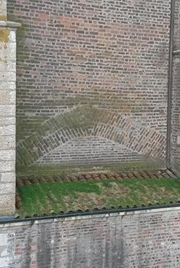 toit de l'église couvert de mousse